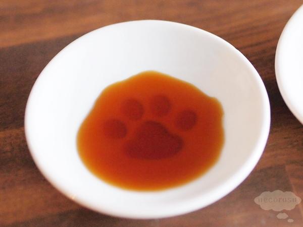 セリアの猫の手醤油皿に醤油を入れたところ