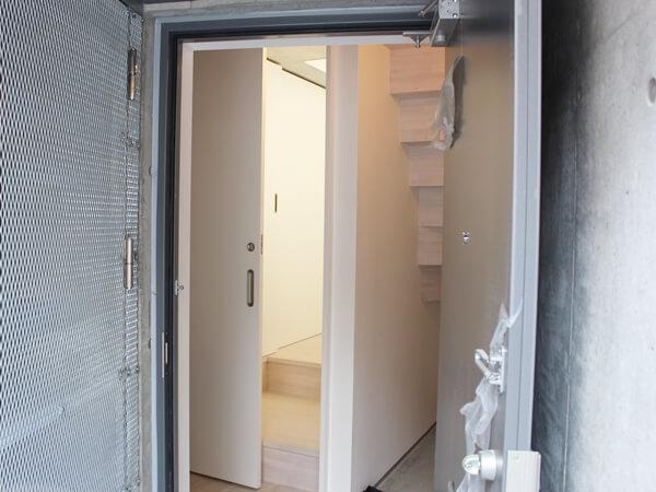 ネコリパ不動産の猫可賃貸物件の玄関