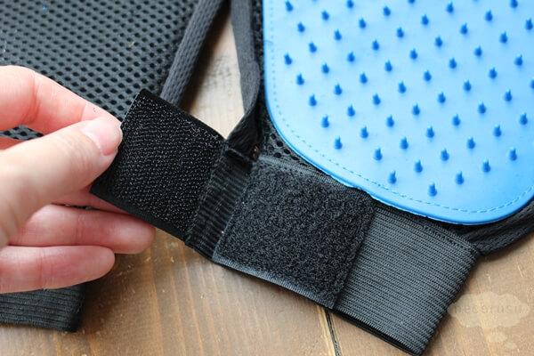 手袋タイプのブラッシンググローブのマジックテープ