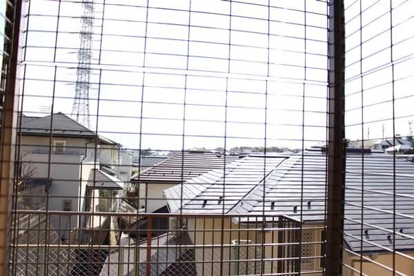 サノスケ不動産の猫のための賃貸住宅、ベランダにも猫が自由に出入りできます
