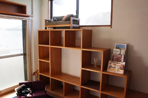 サノスケ不動産の猫のための賃貸住宅、テレビ台も猫用のステップになっています